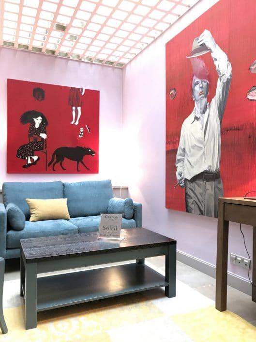 Deux tableaux de Dominique Albertelli exposées en situation dans le Salon de Villa Violet Paris